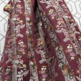 Tela brocada fondo color berenjena y flores en colores coordinados