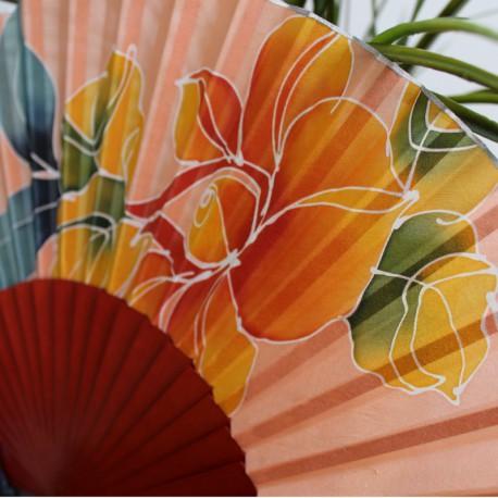 Abanico color melocotón de seda pintada
