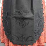 Delantal de batista bordado en negro